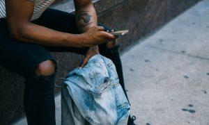 Ein Mann sucht auf seinem Handy nach einem Turbolader