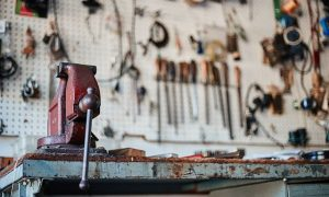 eine Werkstatt bank mit Werkzeugen um einen Turbolader zu reparieren
