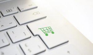 eine weiße Tastatur mit einem Shopping Logo